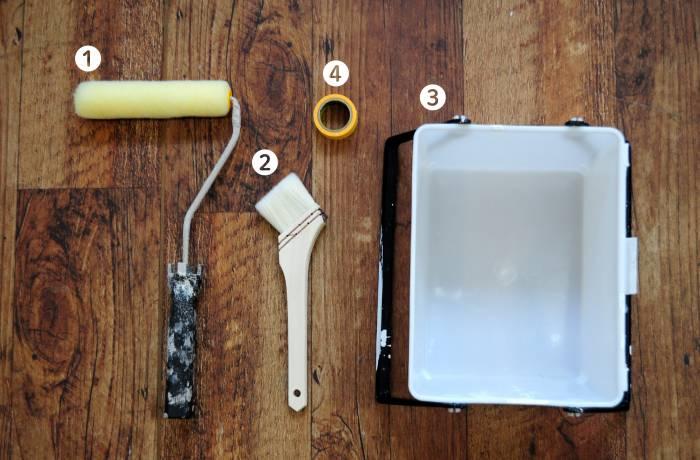 【道具】 ①ローラー ②塗装用ハケ ③ペイントバケツ ④マスキングテープ