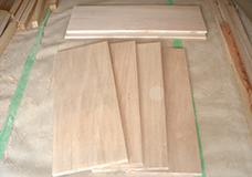 1. 使いやすいサイズのオープンシェルフをDIYします。写真はカット済みの木材です。写真上の2枚は側板、写真下の4枚は棚板となり、これに角材を使用した脚を取り付けます。