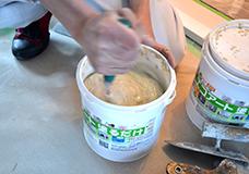 1. トイレの壁面に漆喰を塗ります。今回使う漆喰は、練ってある状態でバケツに入っているものです。水と合わせて練って使用する粉状のものも販売されていますが、今回は使用範囲があまり広くないので、使いやすいタイプのものを選びました。