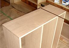 2. 側板と棚板のそれぞれの位置を合わせて、木工用ボンドで接着します。
