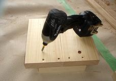2. 座面の2枚の板材を、補強材を使って木ネジで連結します。