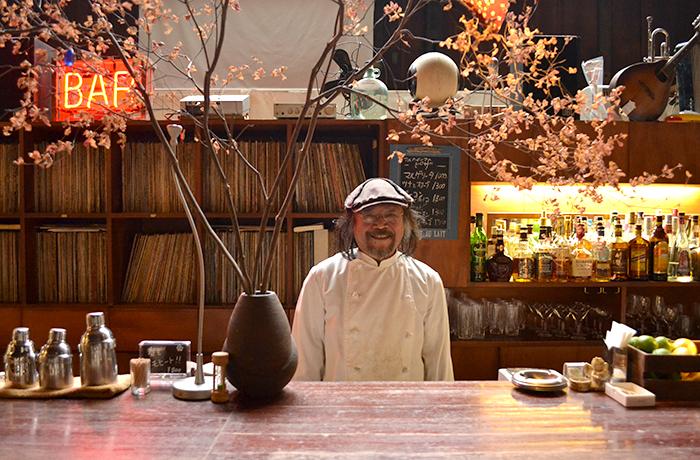 老舗のカフェダイニングバー「cafe arcadia」のマスターの高木さん