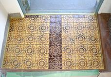 2. 玄関の寸法に合わせてタイルの連結部分のネットをカットします。カットしたタイルを好みの形に並べ、元の床面にタイル用の接着剤を塗り、ネットごとタイルを貼り付けます。