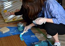 2. ドアノブや通気口には塗料が付着しないようにマスキングをしておきます。ドアのフチやマスキングをした部分の周りなどに、ハケで塗装をしていきます。