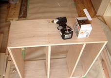 3. 側板からビスを打ち込み、それぞれの棚板をしっかりと固定します。ビス同士が出来るだけ等間隔になるように注意してください。