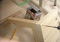 3. 脚を付ける位置を確認し、脚となる角材の中央にネジ穴ができるように、座面から垂直にドリルで穴を開けます。