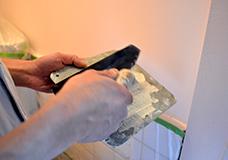 3. こて板にスコップで漆喰を乗せ、こてで適量の漆喰をすくい取ります。