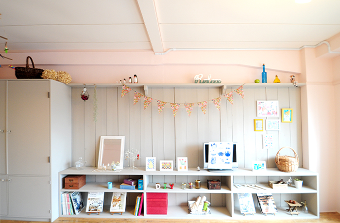 ピンクとグレーの相性が良い壁