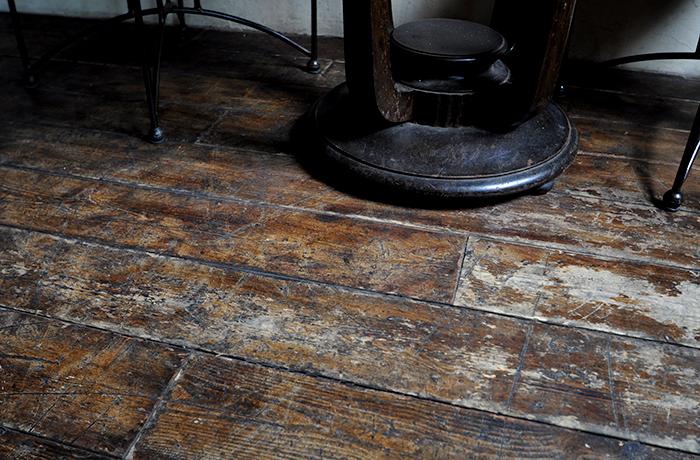 オープンして5年ですが、ノナさんの巧みな工夫で20年以上経っているようなテイストの床