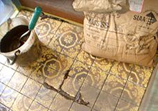 3. タイルとタイルの間の目地を端から埋めていきます。目地剤には風呂場やトイレでも使われるタイプのセメントを使い、耐水性を高めてあります。目地剤を付けたくない部分はマスキングテープで覆っておきます。