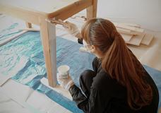3. テーブルの脚を塗装します。元々塗ってあったニスをサンドペーパーを使って全てはがして、ハケを使い白く塗装しました。