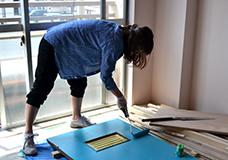 3. 広い面はローラーを使って一気に塗っていきます。ペイントバケツにはネットがついていて、ここで余分な塗料を落とせるので、ローラーを使ってもキレイに塗りやすいです。