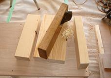 4. オープンシェルフの脚となる角材です。部材の角をカンナを使って削ります。