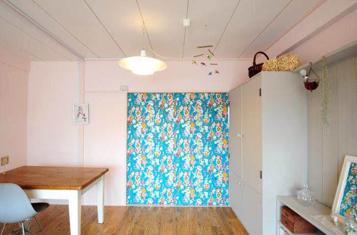 この扉の壁紙によって部屋の印象がぐっと彩り鮮やかに