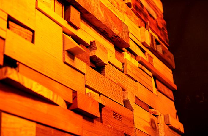 色々なサイズの木材を敷き詰めた壁