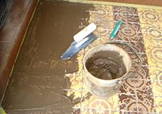 4. 漆喰を塗るのにも使用するコテを使い、目地剤をタイル上から目地に塗り込んでいきます。