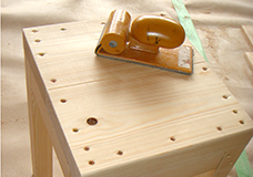 4. 同様の工程で座面と補強材、座面と脚、脚と補強材をそれぞれ固定し、サンドペーパーでネジ穴のまわりをなめらかにしておきます。