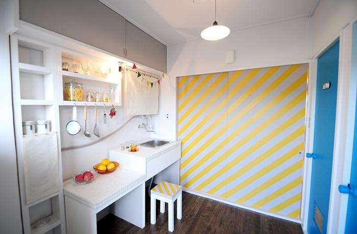 こだわりの斜めストライプの扉と棚も手作りしたキッチン