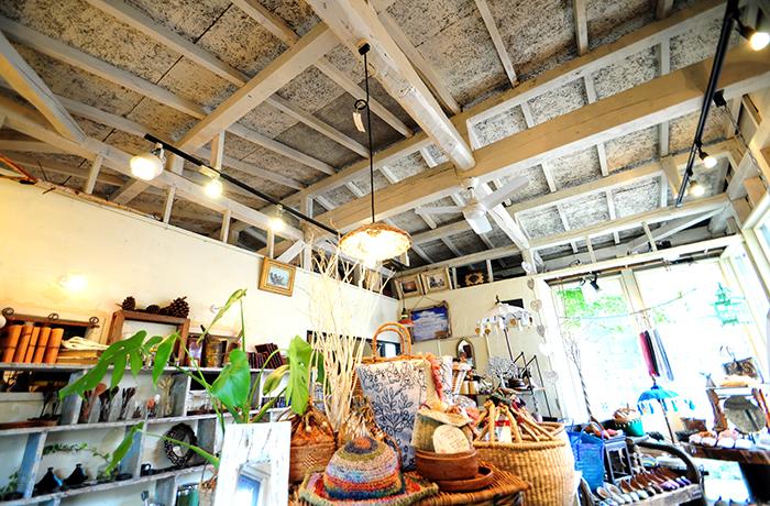 ヒカリさんが世界中から集めた魅力的な雑貨の置かれた店内