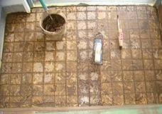 5. 目地剤を全面に塗り込んだ状態です。細い目地ゴテも使い、しっかりと目地にセメントを塗り込みます。