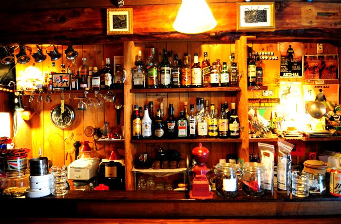 ウイスキーとマスターセレクトの音楽がピッタリなウッディで落ち着いた店内