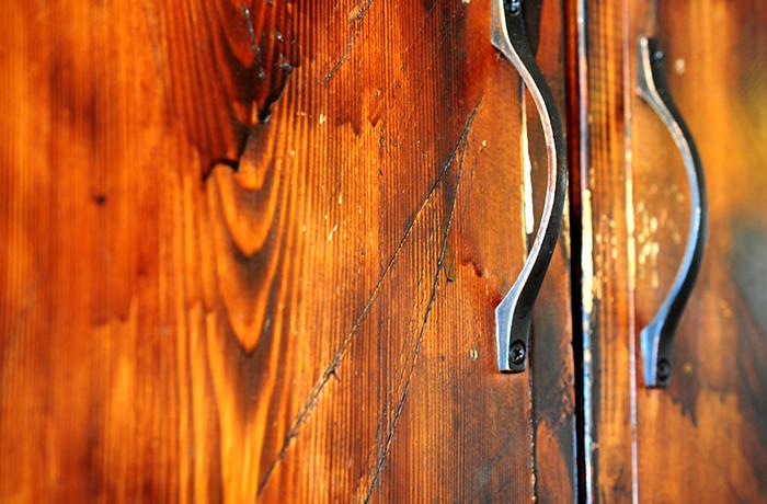 傷を付けたり、焦げ目を付けることで味わいある色味に変身を遂げた棚の扉