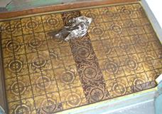 6. クロスでタイルの表面の目地剤を拭き取っていきます。一度でキレイには取り除けないので、何度か拭いてみてください。