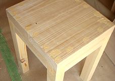 6. ネジの頭が木材の面より少し内側まで入った状態なので、その凹凸をパテで埋めます。