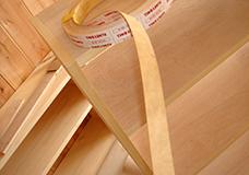 7. シェルフ側板の断面に突板テープを貼り付けました。突板テープとは木製のテープで、表面が滑らかなので、化粧貼りなどにも使われるものです。今回は側板断面に貼ることにより、手触りよく仕上がりました。