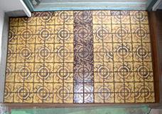 7. タイル表面の汚れをしっかり拭き取って目地剤が乾いたら、玄関のタイル床が完成しました。