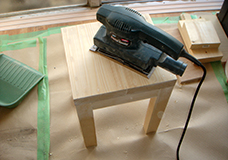 7. パテが乾いたら、サンダーを使って表面がフラットになるように整えます。