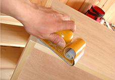 8 棚板それぞれの角にサンドペーパーをあてて、全体をなめらかにします。