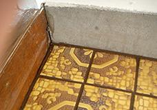 8. 床の端の部分です。マスキングをしていたので目地剤がはみ出さず、キレイな仕上がりになりました。