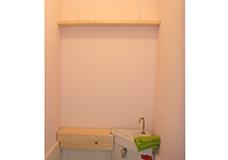 8. 壁面上部の棚と配水管の目隠し棚の概形です。