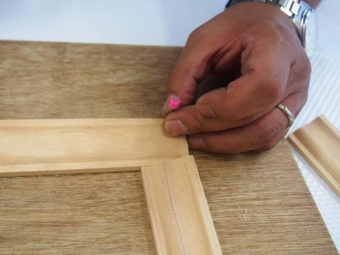 4.木製の為重いので、念の為に隠し釘を打ちます