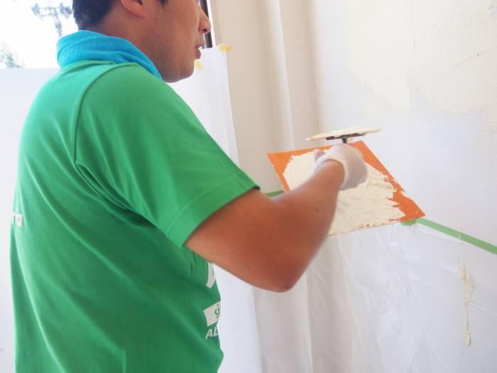 2.漆喰をコテ板に載せ、コテですくい塗っていきます。コテは家庭向けのプラスチックのものが塗りやすいです。