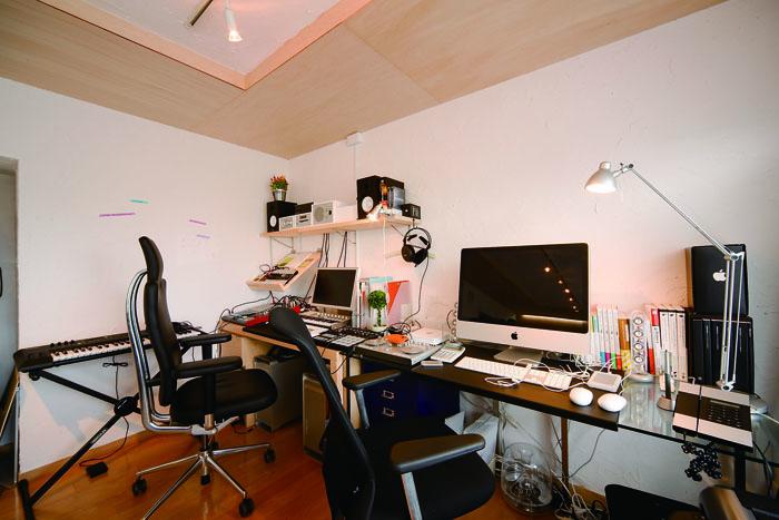 キッチンの後ろは中村さんの作曲スペースに
