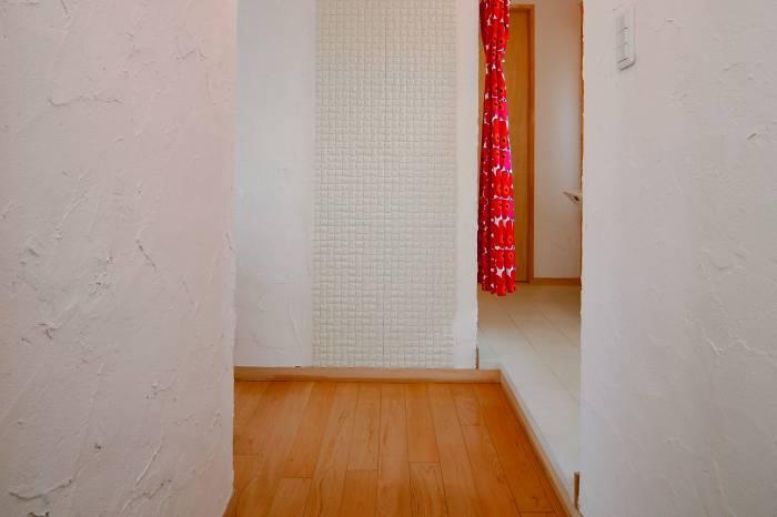 壁には余計な水分を吸収するエコカラットが貼られています