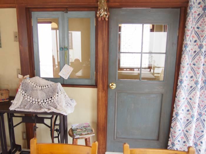 6帖のお部屋が並んでいた為、入り口も2つ。 1つは壁を作って腰窓に。窓・扉はこの扉は、前の職場の方が作ってくださったそうです