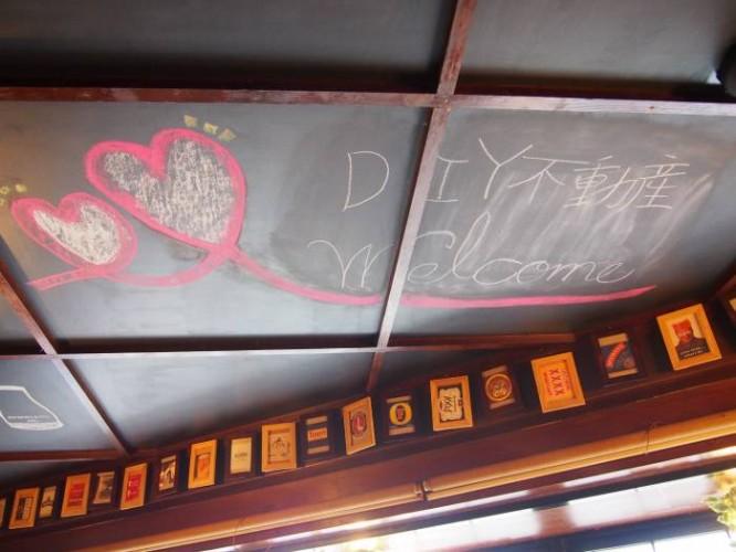 天井一面に黒板塗料が塗ってあります