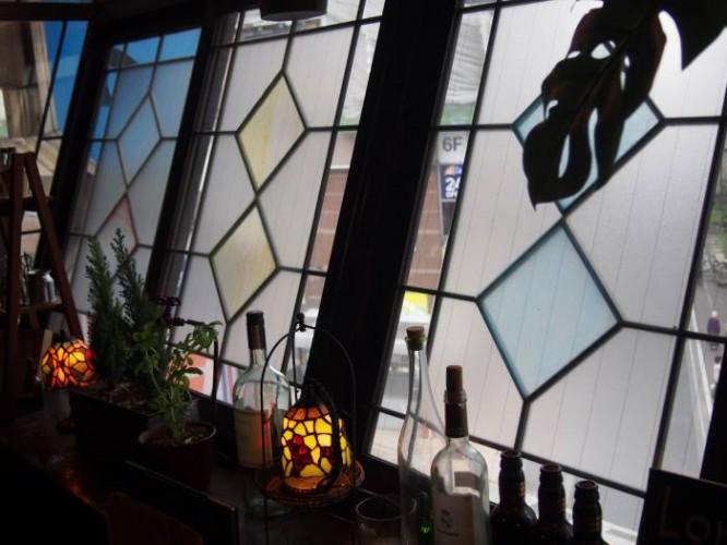 窓ガラスにはステンドグラスになる塗料が塗ってあります