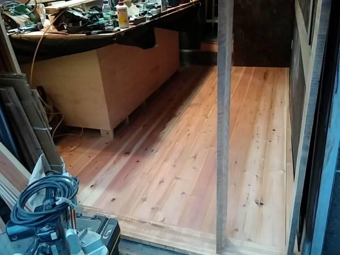 元々コンクリ−トだった床も張りました。
