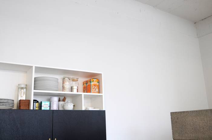 すこし高価なペンキのおかげでいつも真っ白な壁