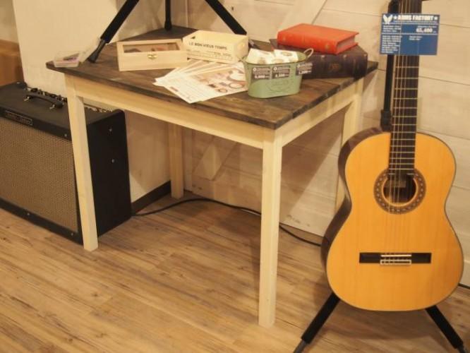 余った資材で、テーブルなどの家具も作ったそうです