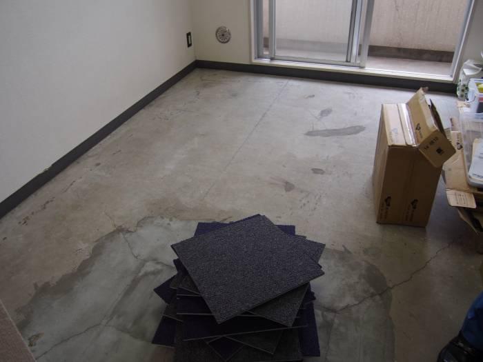 1.もともと貼ってあったカーペットを剥がします。フローリングの場合は、接着剤なしでそのまま敷くだけでもOKです。