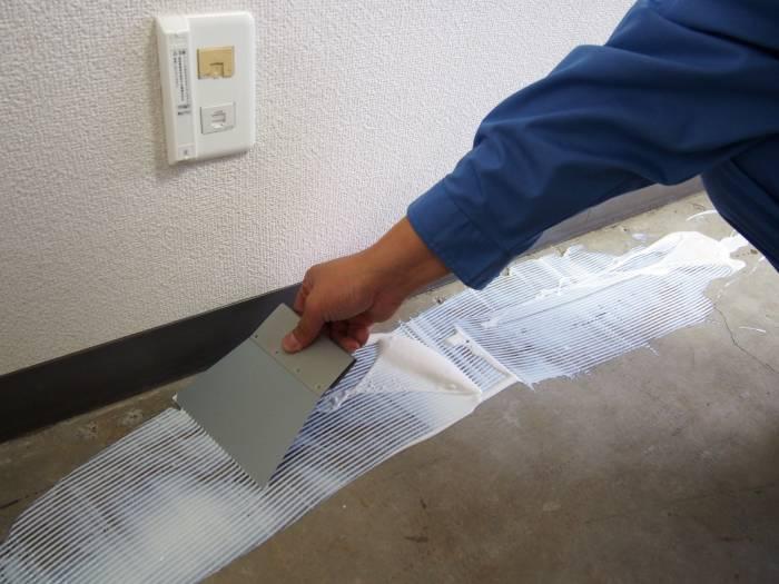 2.接着材を万遍なく塗ります。今回は、ポストイットのように貼っても簡単に剥がれる接着剤を使いました。