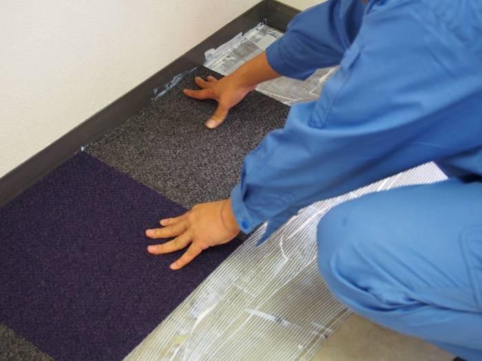 3.タイルカーペットを並べていきます。今回は2色のカーペットを選びました。