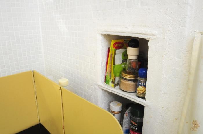 キッチン横の階段を活かした可愛い収納ありました。