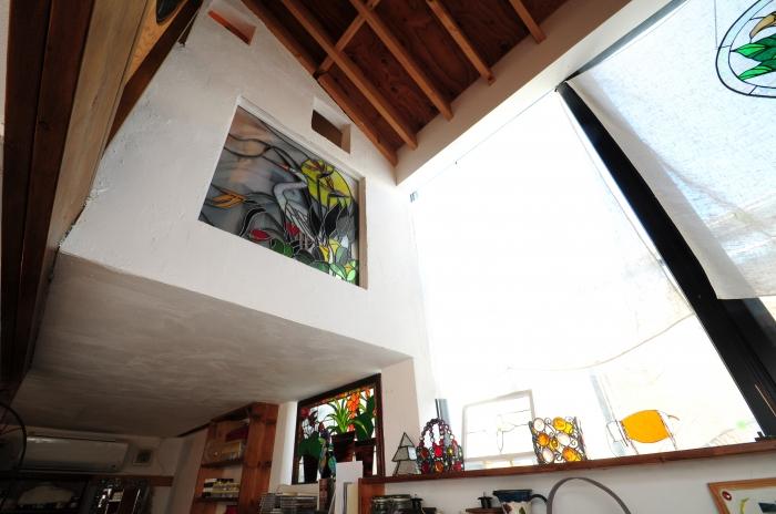出来上がった2階の壁にはユラリトさんの素敵なステンドグラス