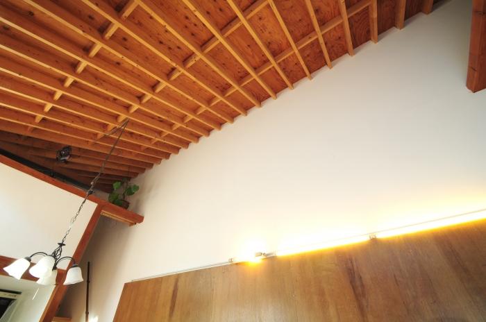 高い斜めの天井。素敵です。
